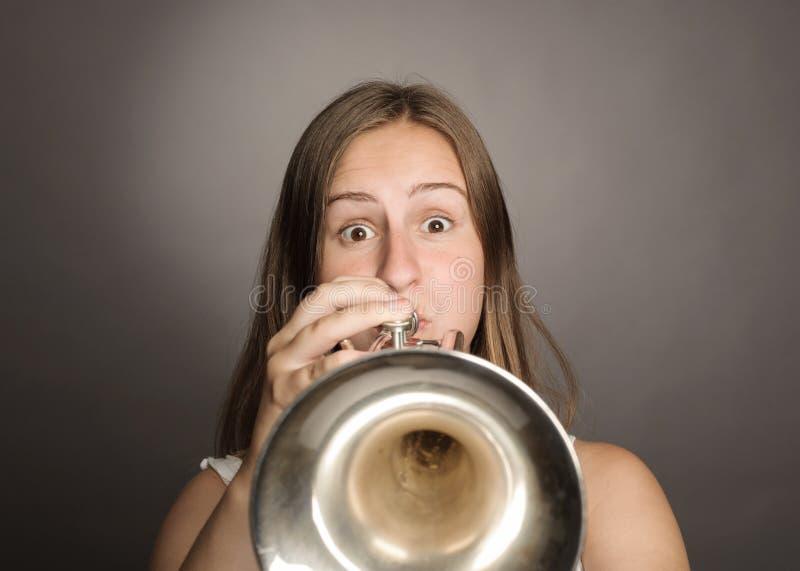 Vrouw het spelen trompet royalty-vrije stock afbeelding
