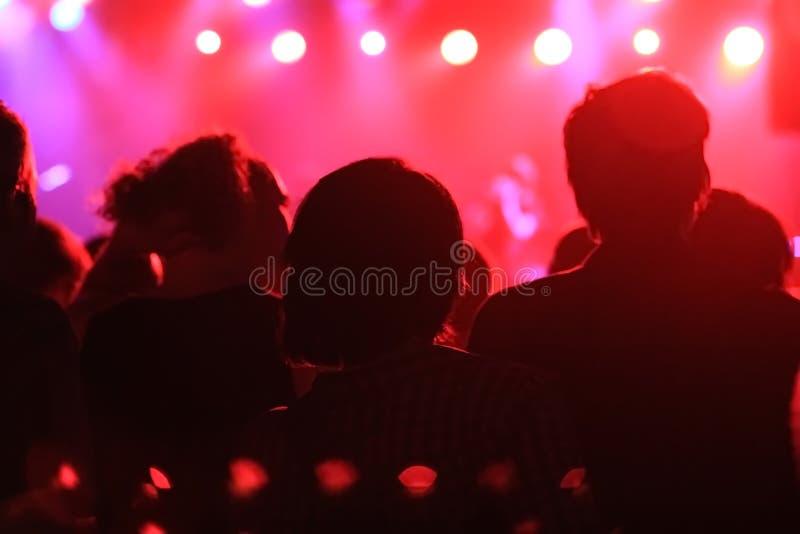 Vrouw het spelen zingende kom en het zingen, in purpere en blauwe verlichting stock afbeelding