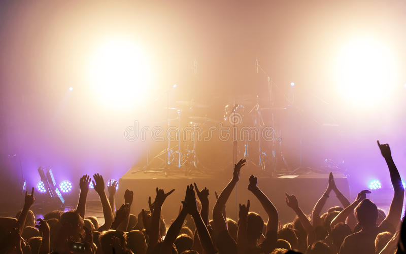 Vrouw het spelen zingende kom en het zingen, in purpere en blauwe verlichting stock fotografie