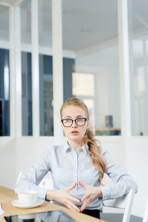 Vrouw het spreken stock foto