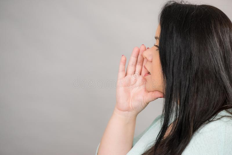 Vrouw het spreken geruchten of het fluisteren stock afbeelding