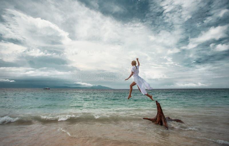 Vrouw het springen stock foto's