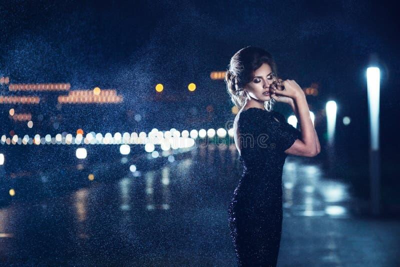 Vrouw het stellen in de regen stock afbeeldingen