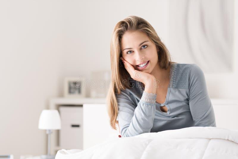 Vrouw het stellen in de slaapkamer stock foto
