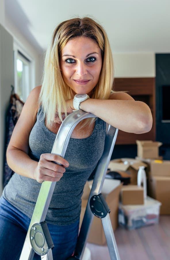 Vrouw het stellen in de woonkamer royalty-vrije stock afbeelding