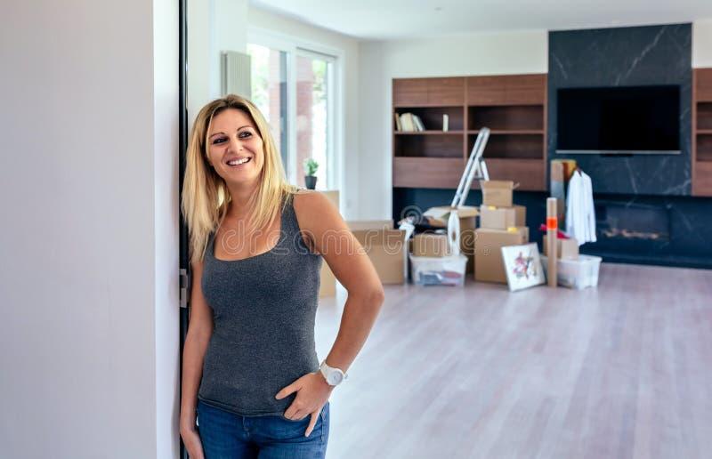 Vrouw het stellen in de woonkamer stock foto's