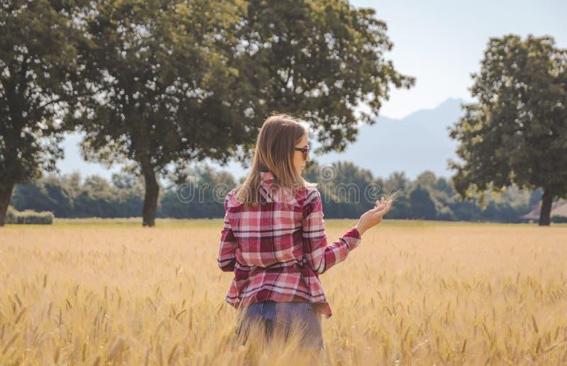 Vrouw het stellen in een ingediende Tarwe stock foto
