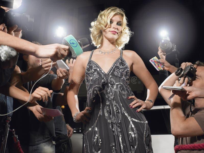Vrouw het Stellen in Front Of Paparazzi stock foto