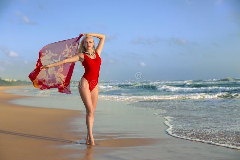 Vrouw het stellen met pareo op het strand stock foto