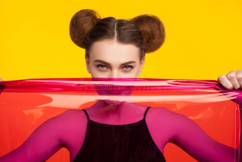 Vrouw het stellen met plastic stof royalty-vrije stock foto's