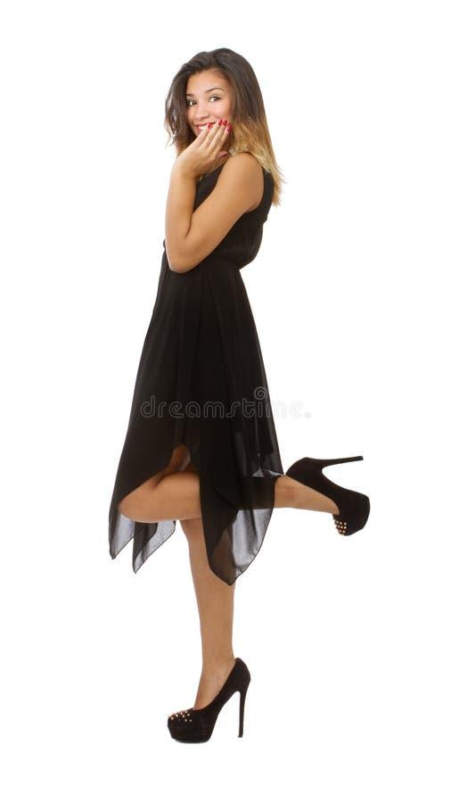 Vrouw het stellen met zwarte kledings zijmening stock afbeeldingen