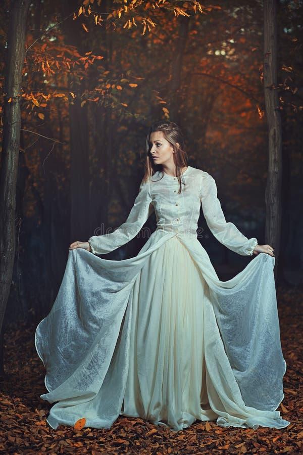 Vrouw het stellen onder de herfstbladeren royalty-vrije stock afbeeldingen