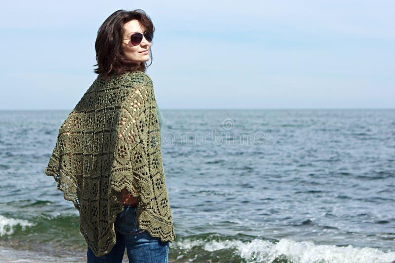 Vrouw het stellen op een overzeese achtergrond royalty-vrije stock foto