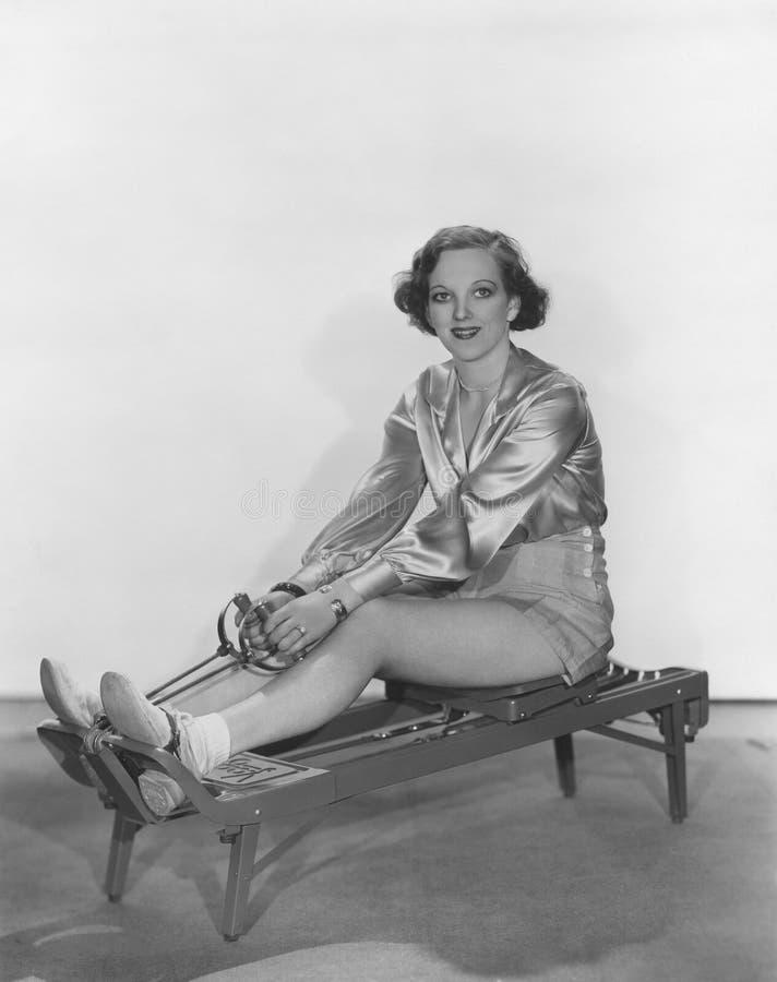 Vrouw het stellen op het roeien machine royalty-vrije stock foto's