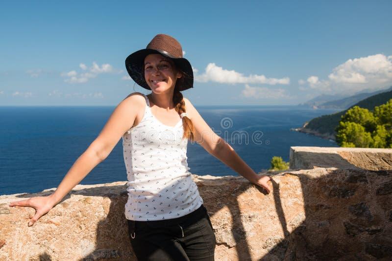 Vrouw het stellen op vooruitzicht door Torre des Verger, Mallorca royalty-vrije stock afbeelding