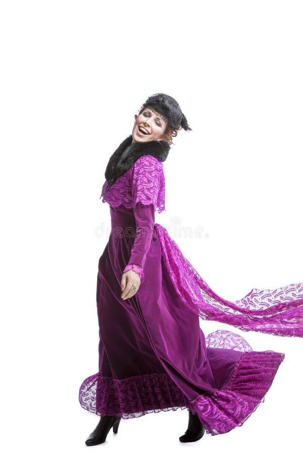 Vrouw het stellen in uitstekende kleding royalty-vrije stock fotografie