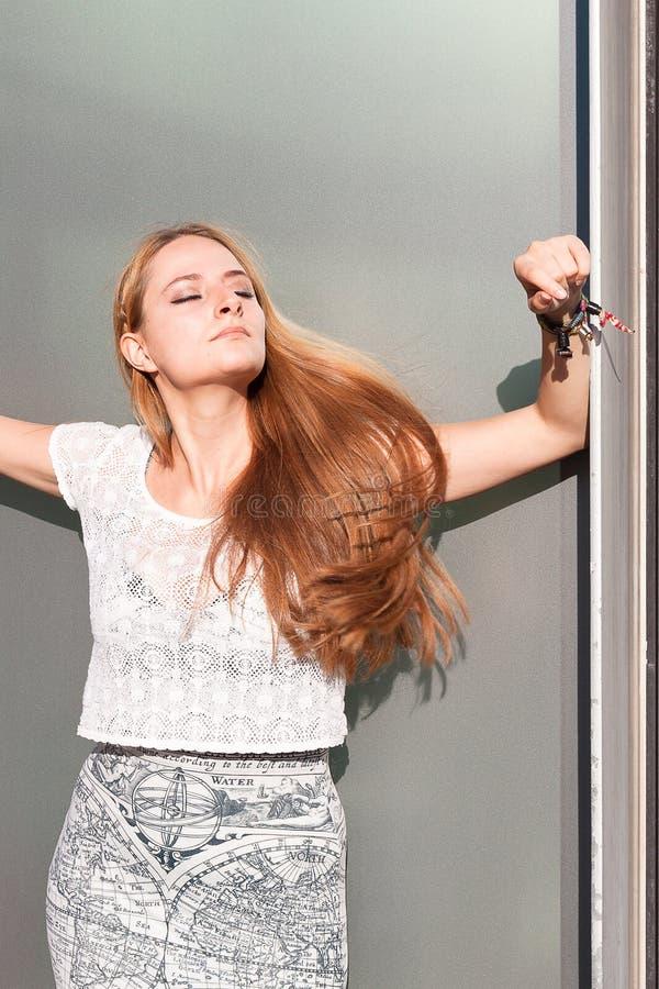 Vrouw het stellen in zonlicht royalty-vrije stock foto's