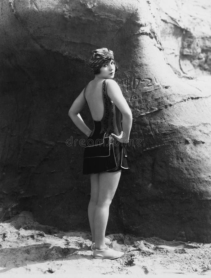 Vrouw het stellen in zwemmend kostuum stock fotografie