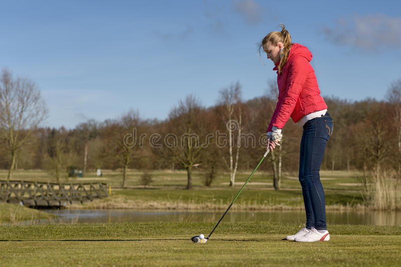 Vrouw het teeing weg bij een golfcursus royalty-vrije stock foto