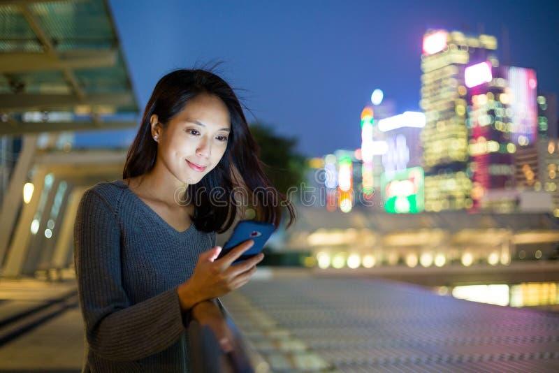 Vrouw het texting op cellphone in Hong Kong stock foto