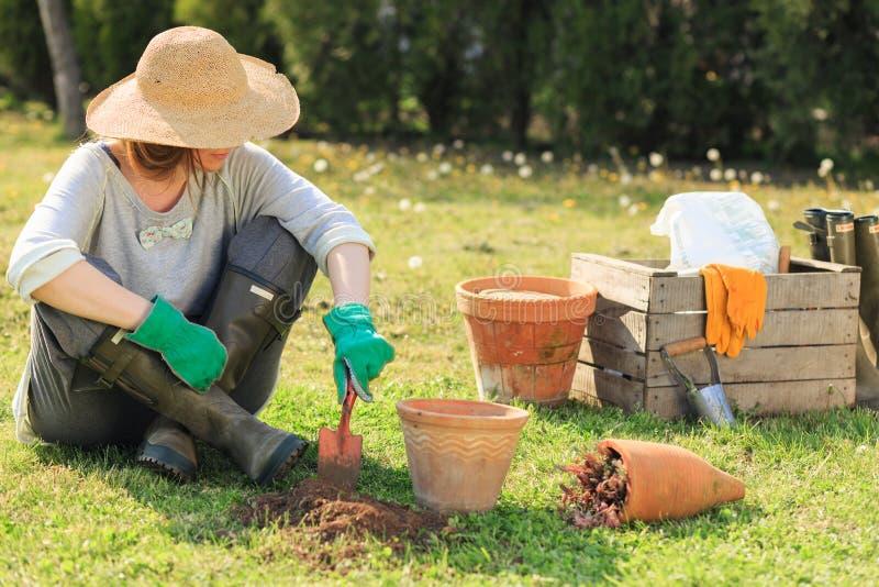 Vrouw het tuinieren stock foto's