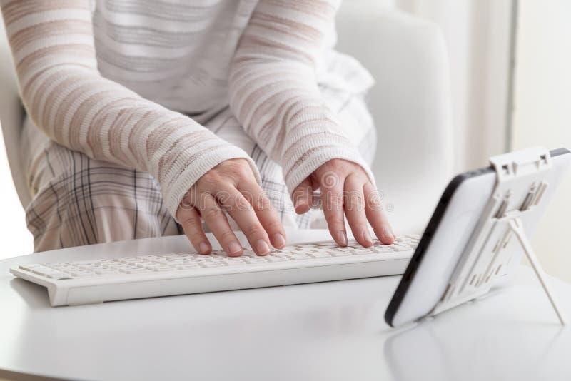 Vrouw het typen op een toetsenbord stock fotografie