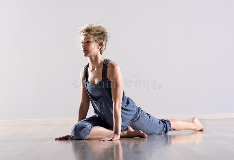 Vrouw het uitrekken zich de benen en verlammen spieren stock foto