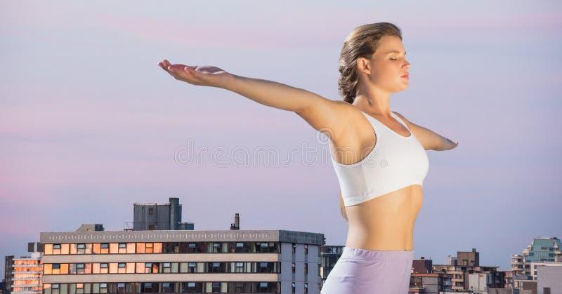 Vrouw het uitrekken zich tegen gebouwen en het gelijk maken van hemel stock afbeelding