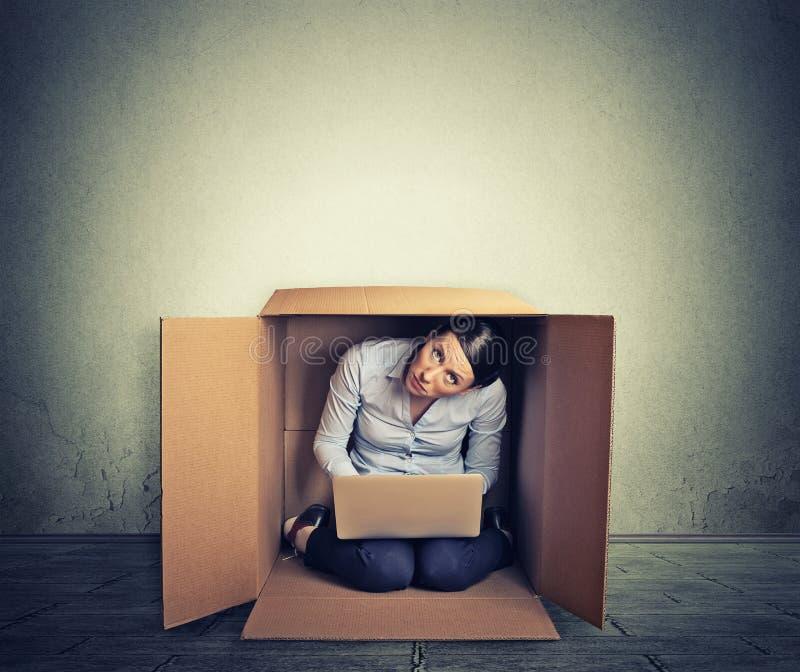 Vrouw het verbergen in de doos die aan computer werken stock afbeeldingen
