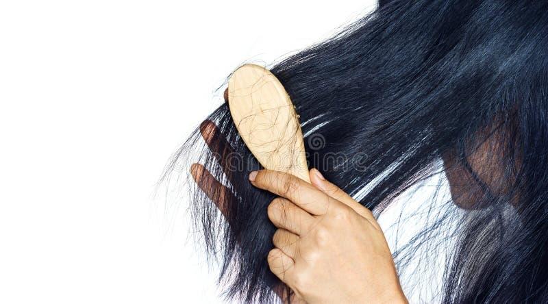 Vrouw het verliezen haar aangezien zij op haarborstel borstelt stock afbeeldingen