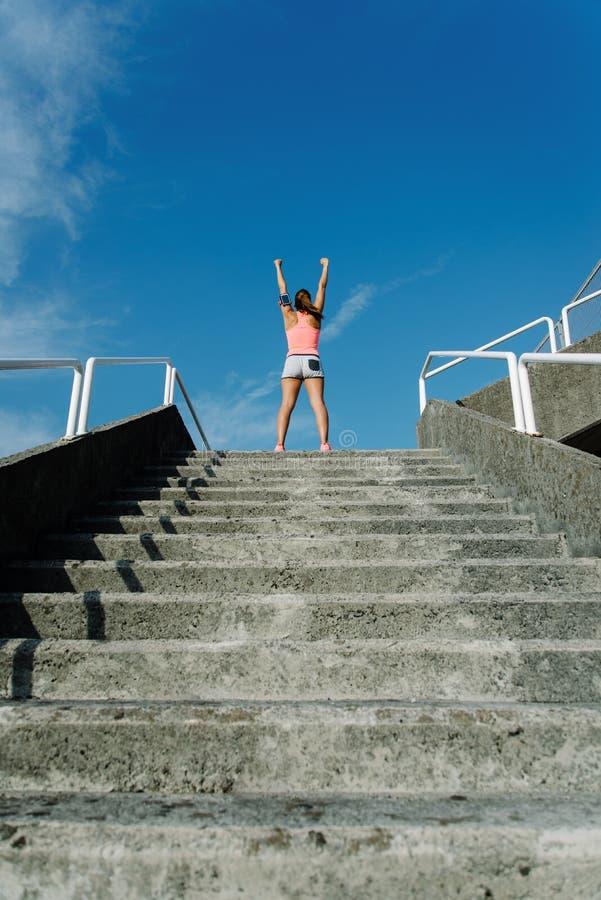 Vrouw het vieren geschiktheidstraining succes en opleidingsdoelstellingen stock fotografie