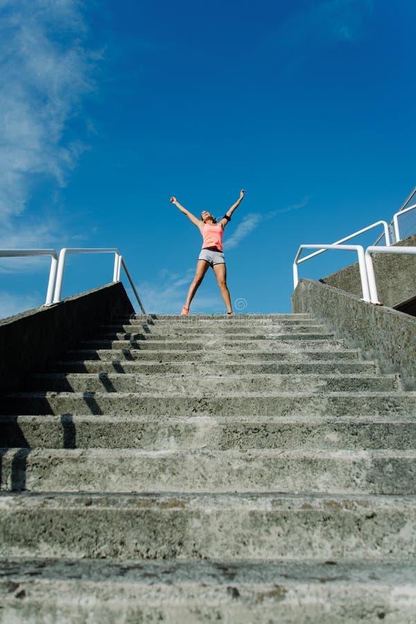 Vrouw het vieren geschiktheidstraining succes en opleidingsdoelstellingen stock afbeeldingen