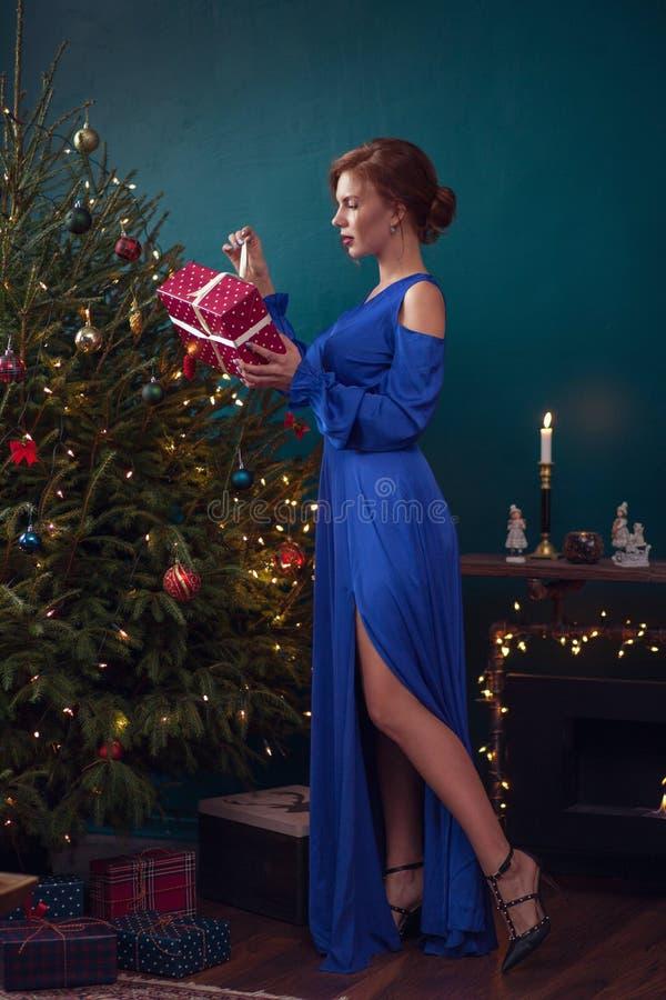 vrouw het vieren Kerstmis stock afbeelding