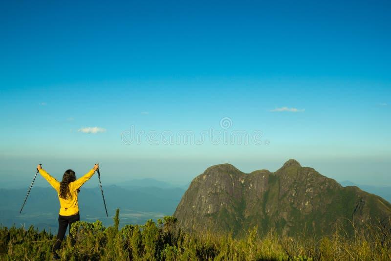Vrouw het vieren succes bovenop een berg royalty-vrije stock fotografie