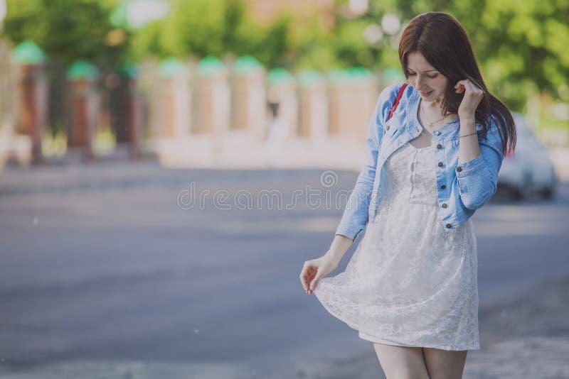 Vrouw het vrije gelukkige lopen in een de zomerstad royalty-vrije stock afbeeldingen
