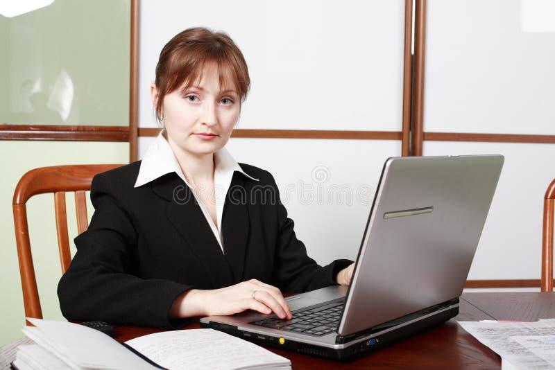 Vrouw in het werk stock fotografie