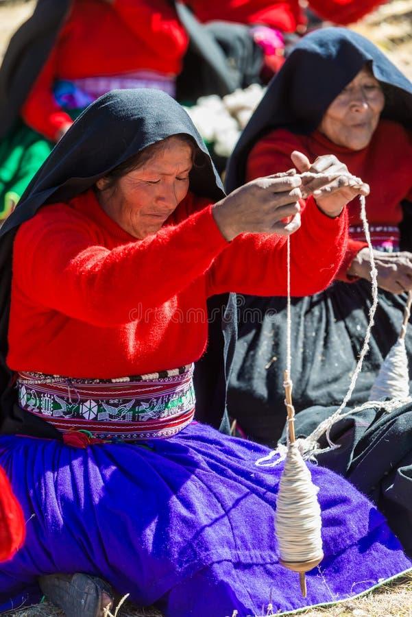 Vrouw het weven in de Peruviaanse Andes in Puno Peru royalty-vrije stock fotografie