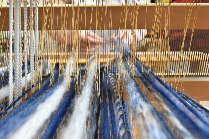 Vrouw het Weven op een weefgetouw stock foto's