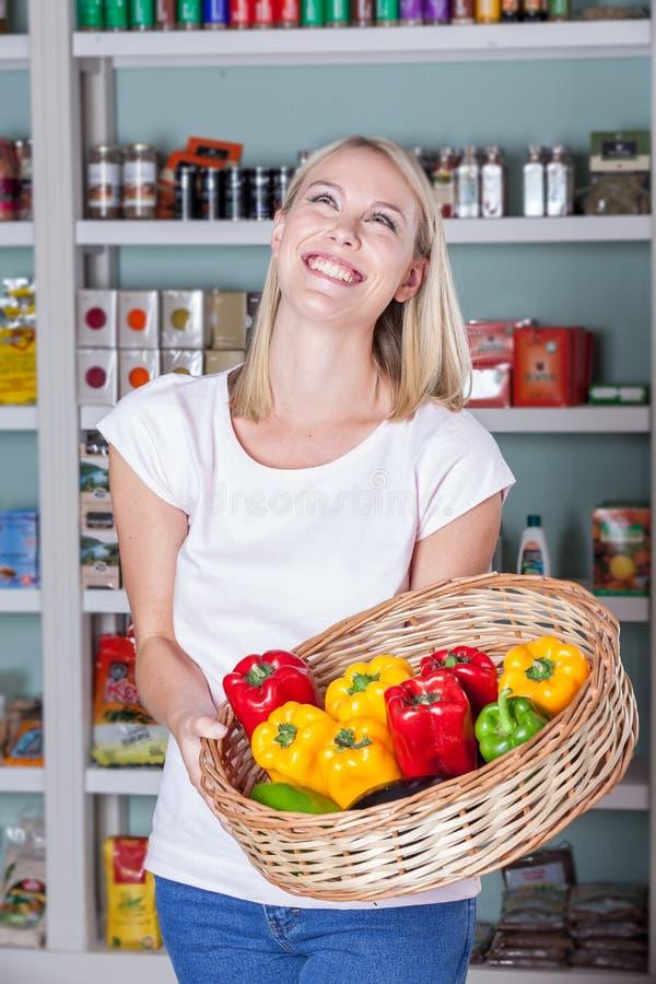 Vrouw het winkelen groenten stock foto's