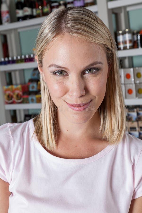 Vrouw het winkelen groenten stock foto