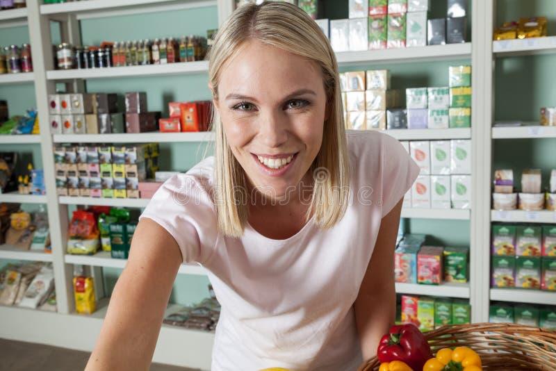 Vrouw het winkelen groenten stock afbeelding