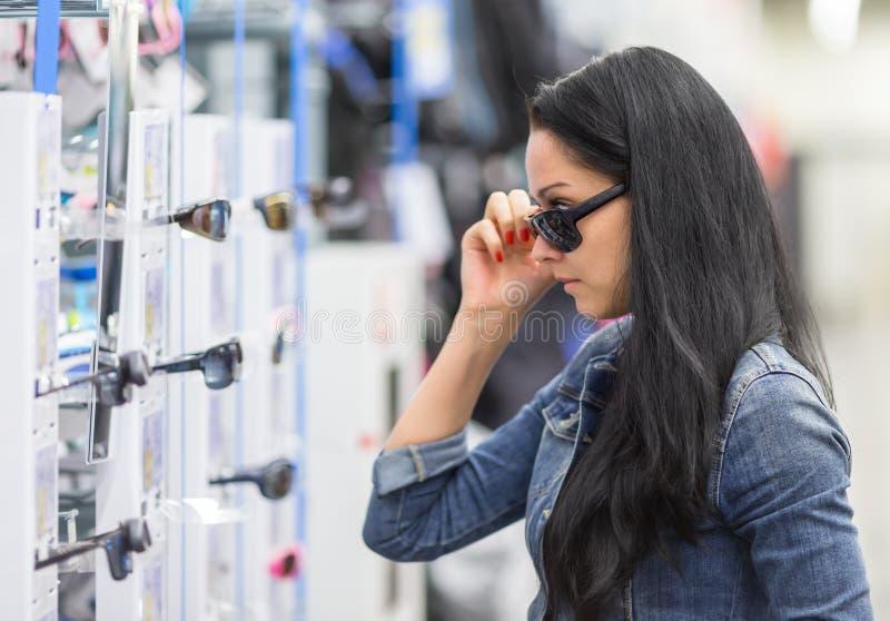 Vrouw in het winkelen Zonnebril stock afbeeldingen
