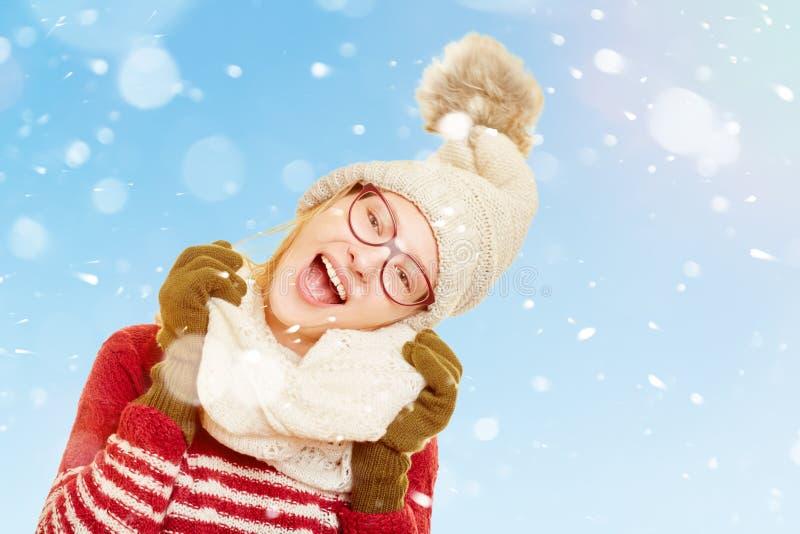 Vrouw het zingen in de sneeuw in de winter stock afbeeldingen