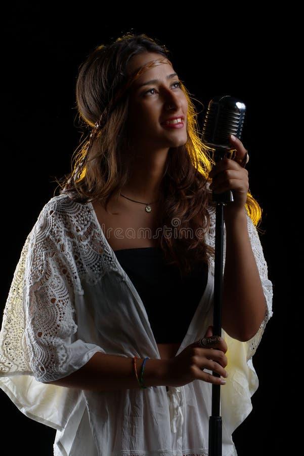 Vrouw het zingen studioportret stock foto