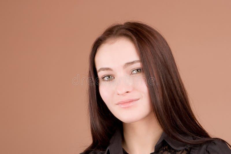 Vrouw in het zwarte glimlachen stock afbeelding