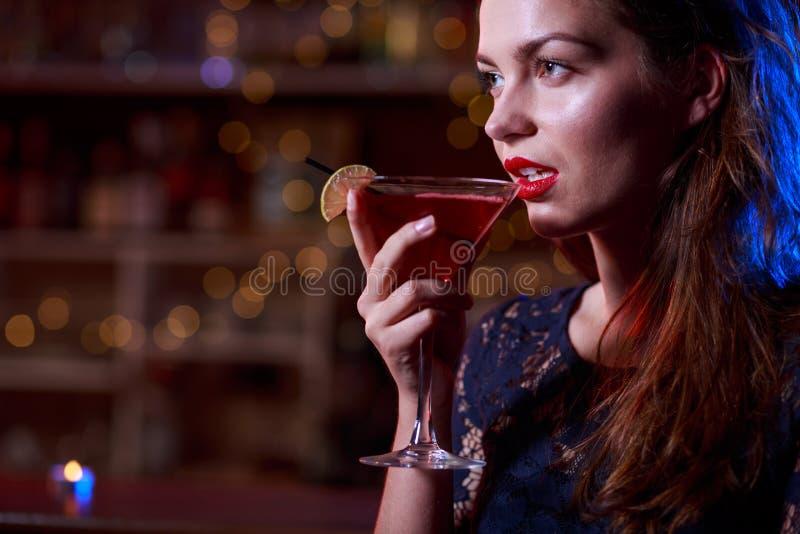 Vrouw in het zwarte kleding drinken stock afbeeldingen