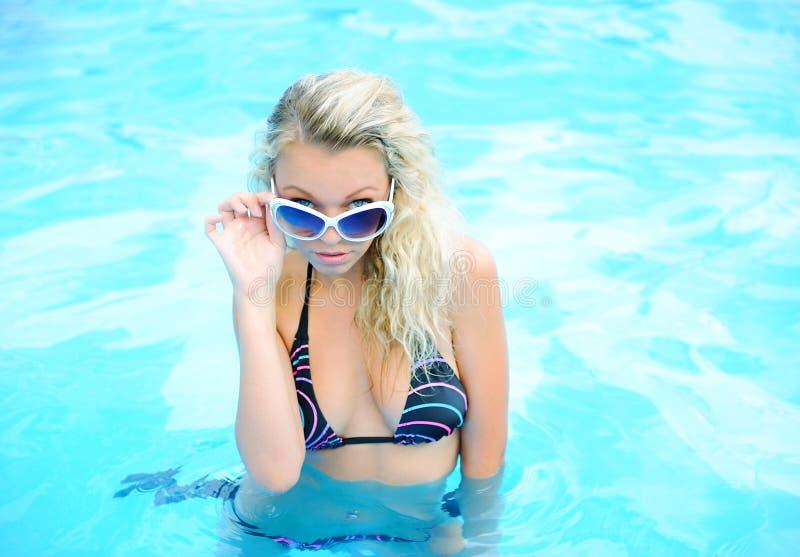 Vrouw in het zwemmen poo royalty-vrije stock fotografie