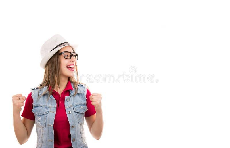 Vrouw in hoed en glazen met vuisten die omhoog het opgewekte kijken voelen opgewonden super royalty-vrije stock foto's