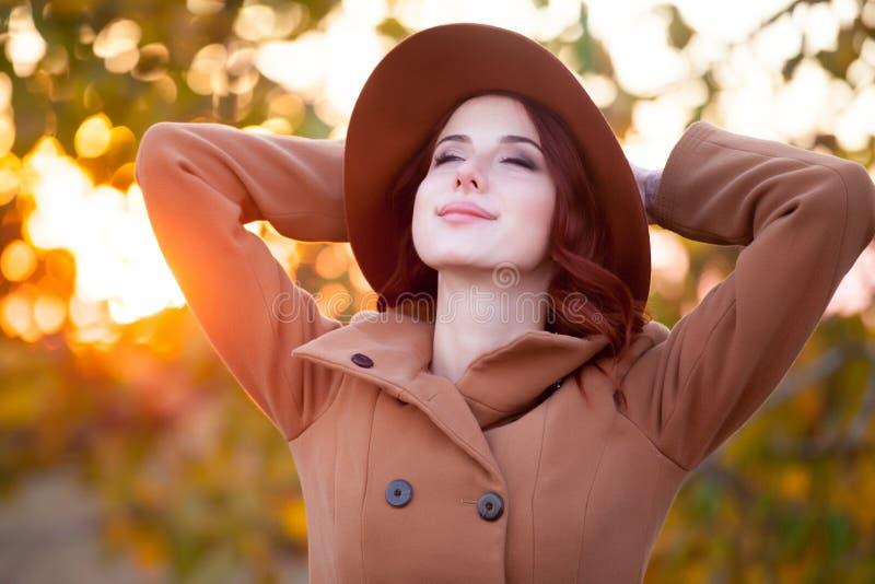 Vrouw in hoed en laag stock afbeelding