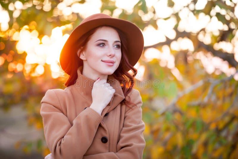 Vrouw in hoed en laag royalty-vrije stock foto's